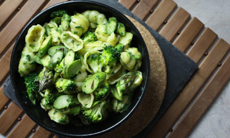 Brokkoli-Spargel-Nudeln mit Spinat-Sauce