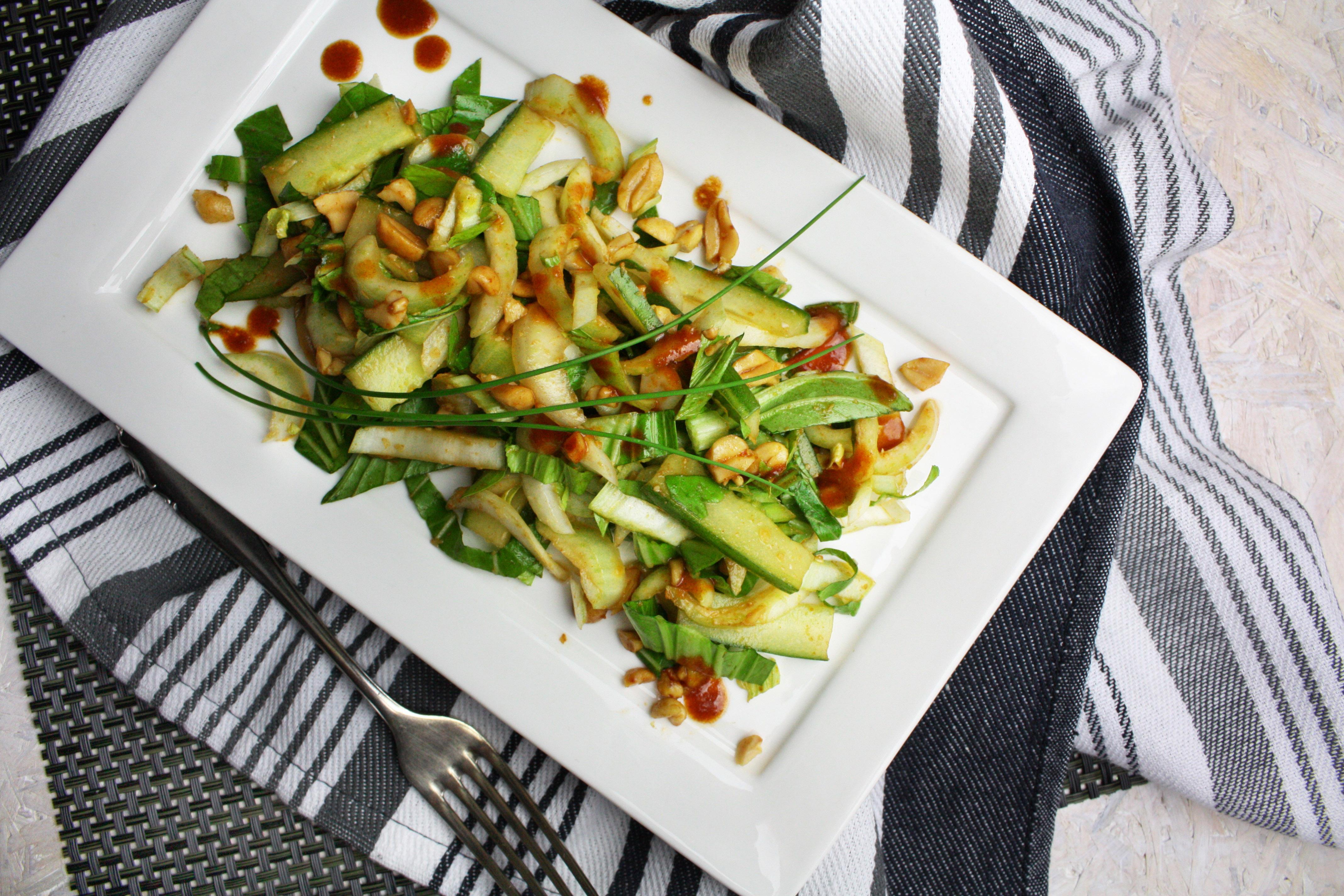 Feuriger Pak Choi-Salat mit Erdnüssen