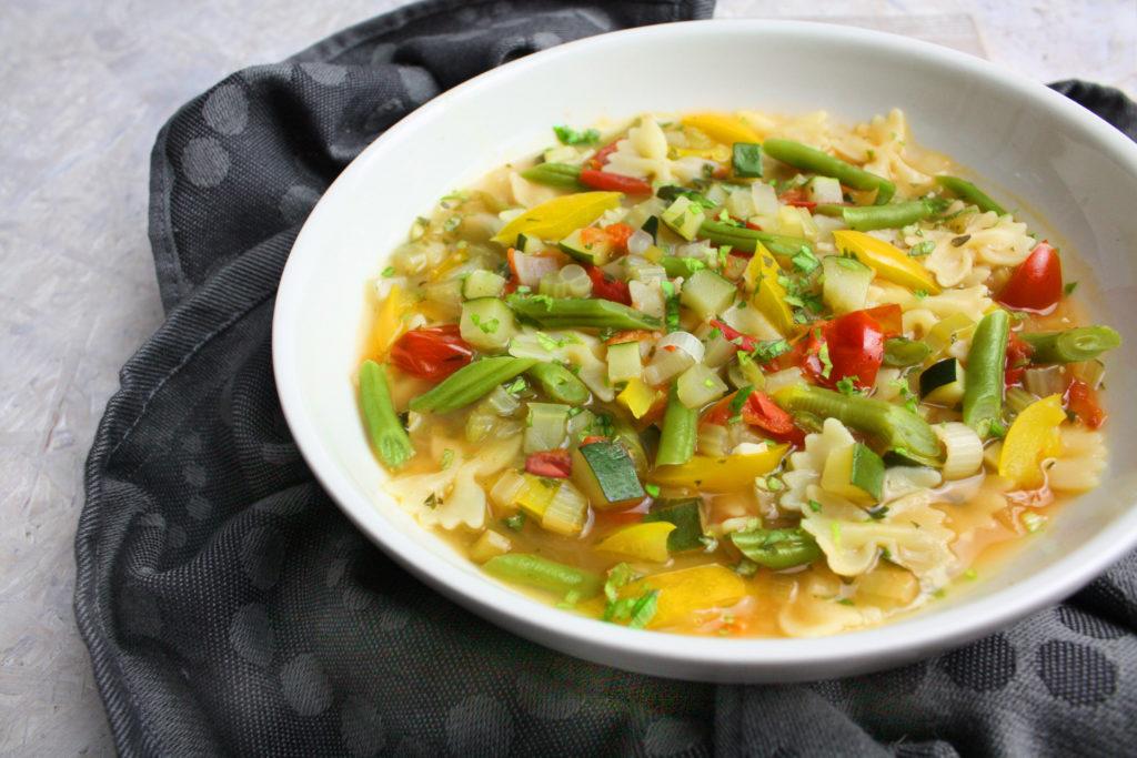 Sommerliche Minestrone mit buntem Gemüse