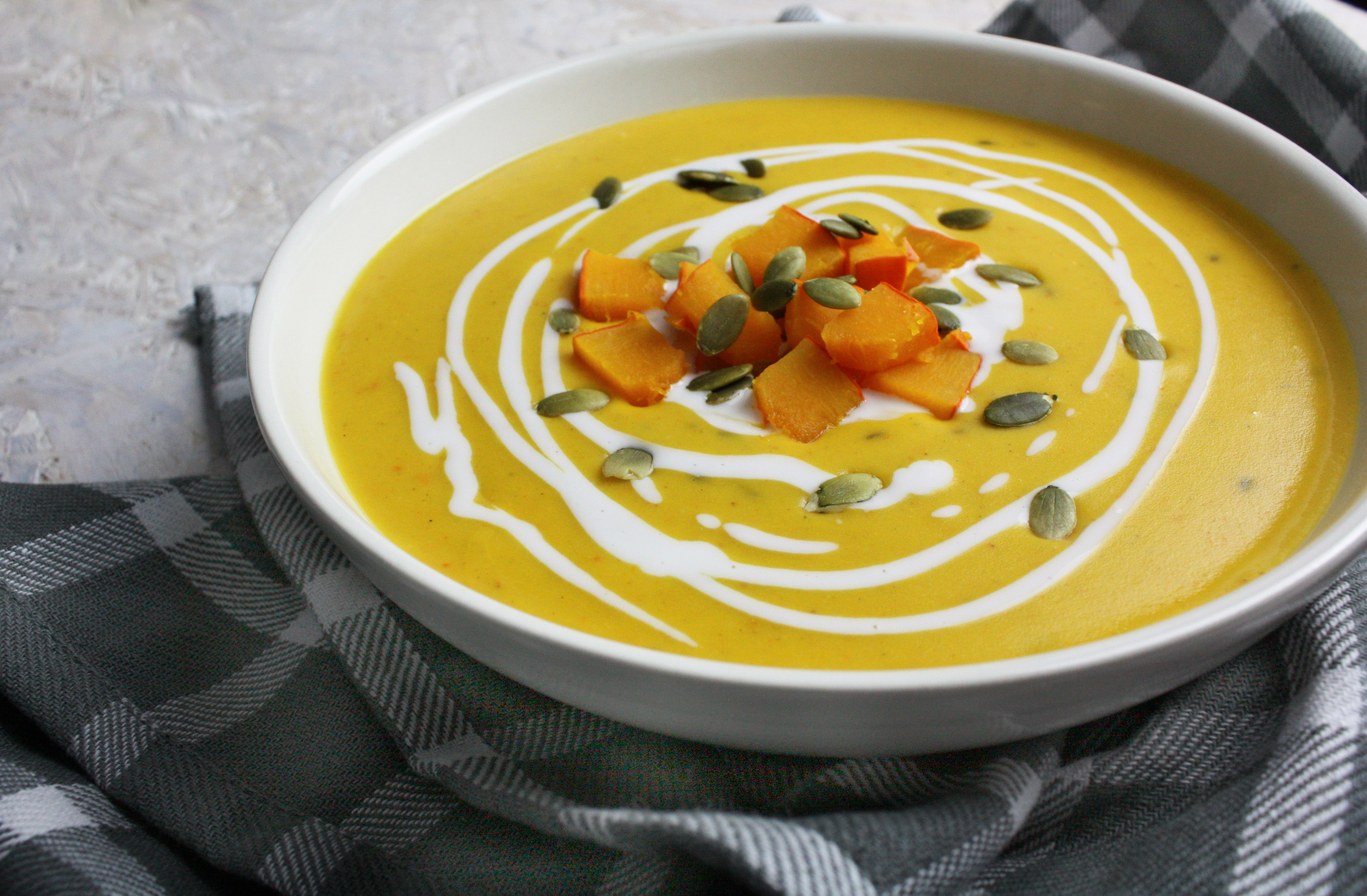 Herbstliche Kürbis-Suppe mit Kokosmilch