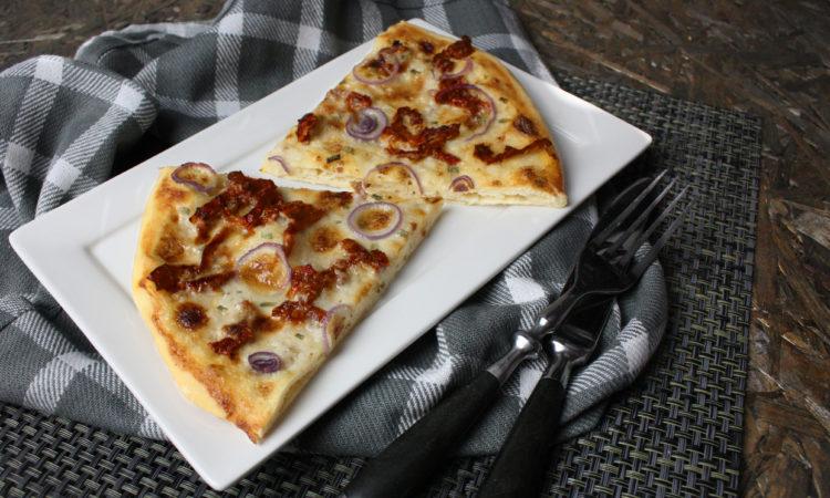 Weiße Pizza mit getrockneten Tomaten