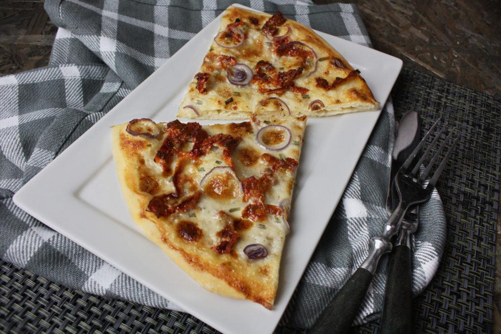 Weiße Pizza mit getrockneten Tomaten | Toastenstein