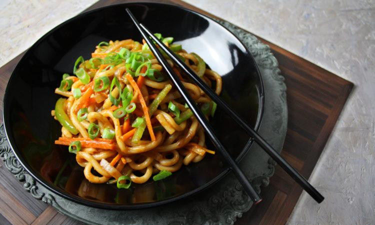 Asiatische Udon-Nudeln mit Gemüse