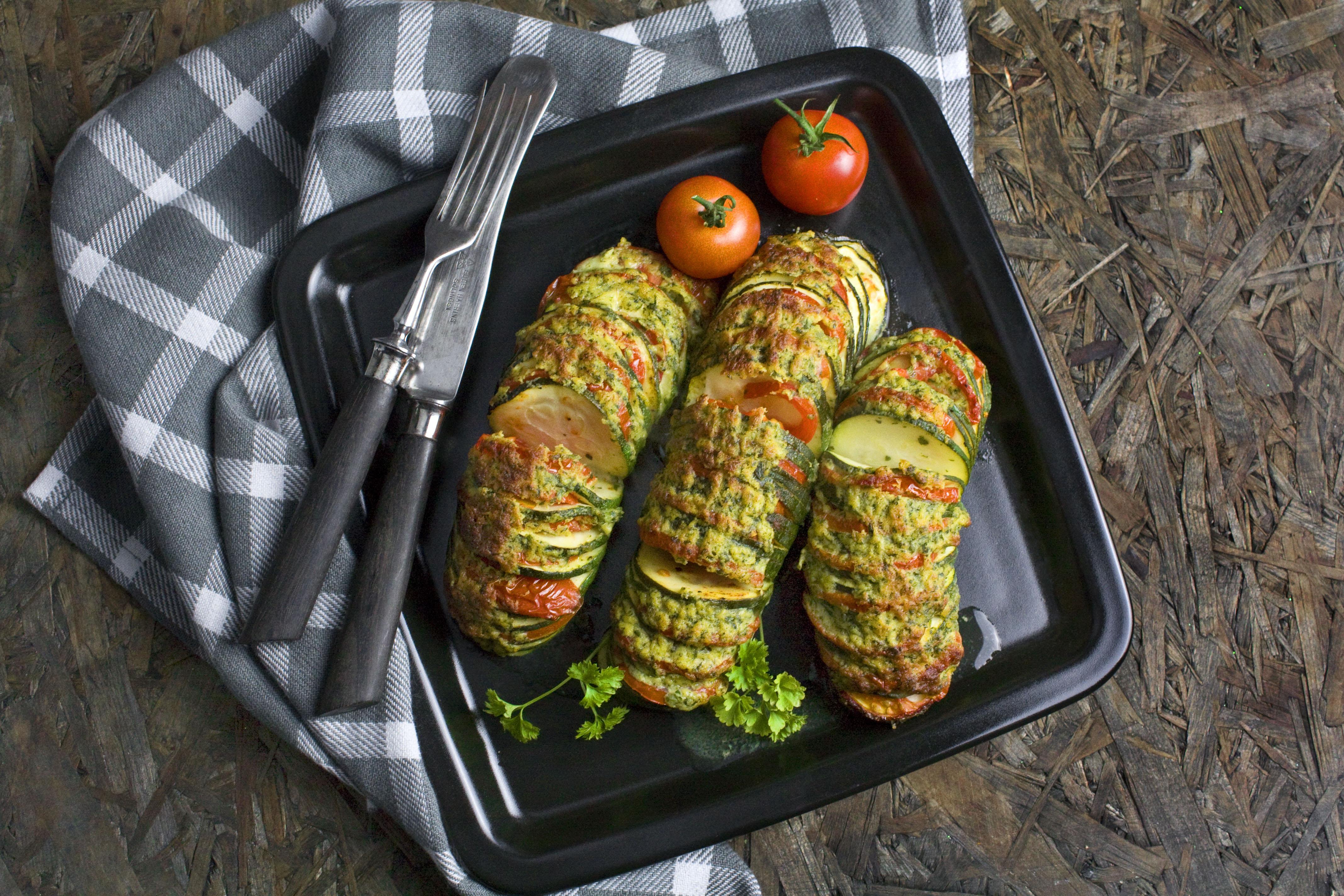 Hasselback-Zucchini mit käsiger Kräuter-Kruste