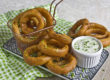 Zwiebelringe mit Ranch-Dressing
