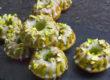 Kleine Avocado-Kuchen mit Limette und Pistazien