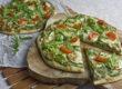 Grüne Pizza mit Zucchini und Rucola