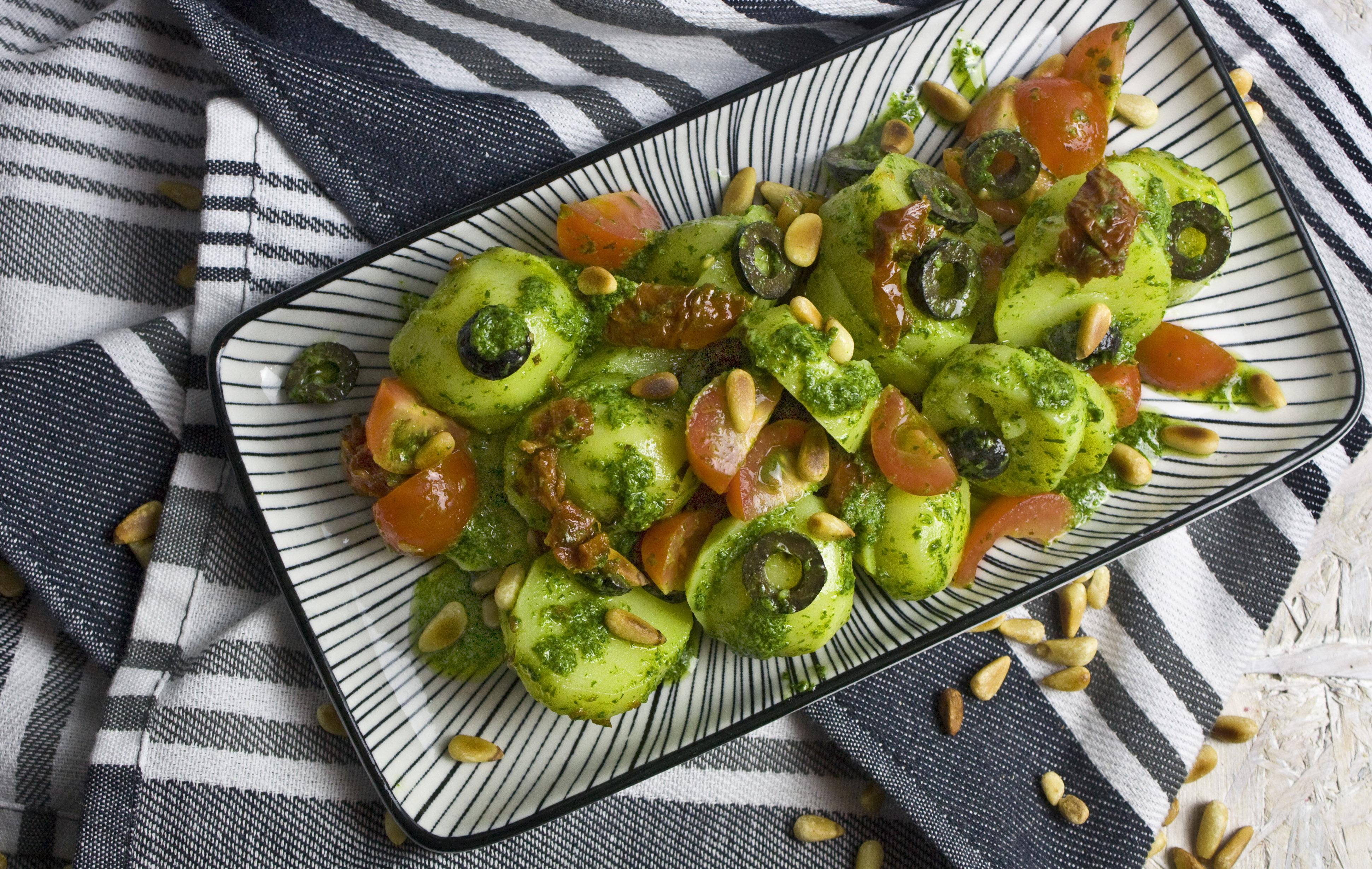 Mediterraner Kartoffelsalat mit Oliven und Tomaten