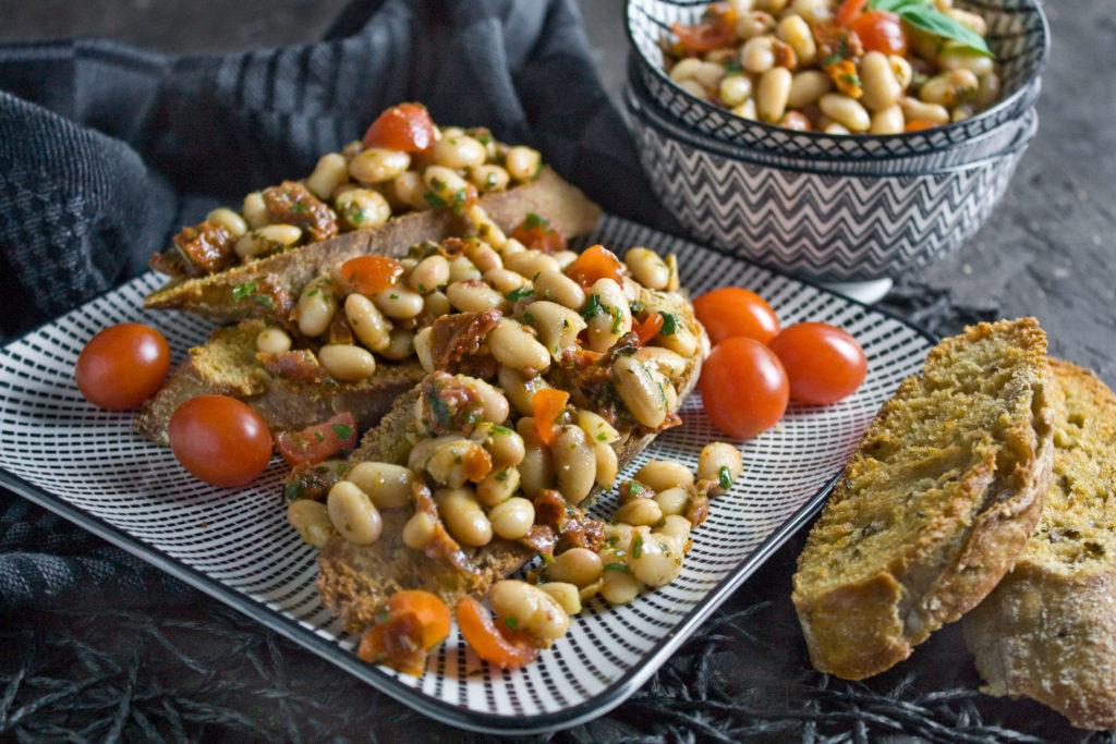 Marinierter Bohnen-Salat mit Tomaten Toastenstein