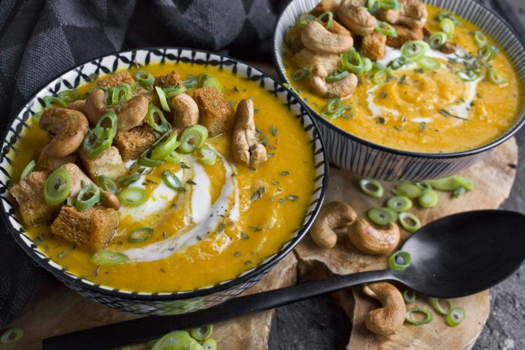Geröstete Karotten-Süßkartoffel-Suppe mit Joghurt | Toastenstein
