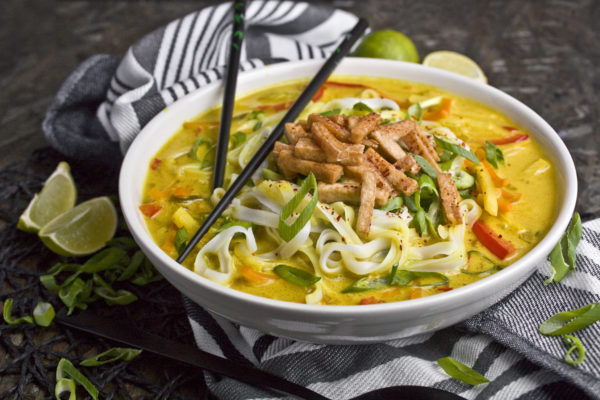 Goldene Curry-Nudelsuppe mit knackigem Gemüse