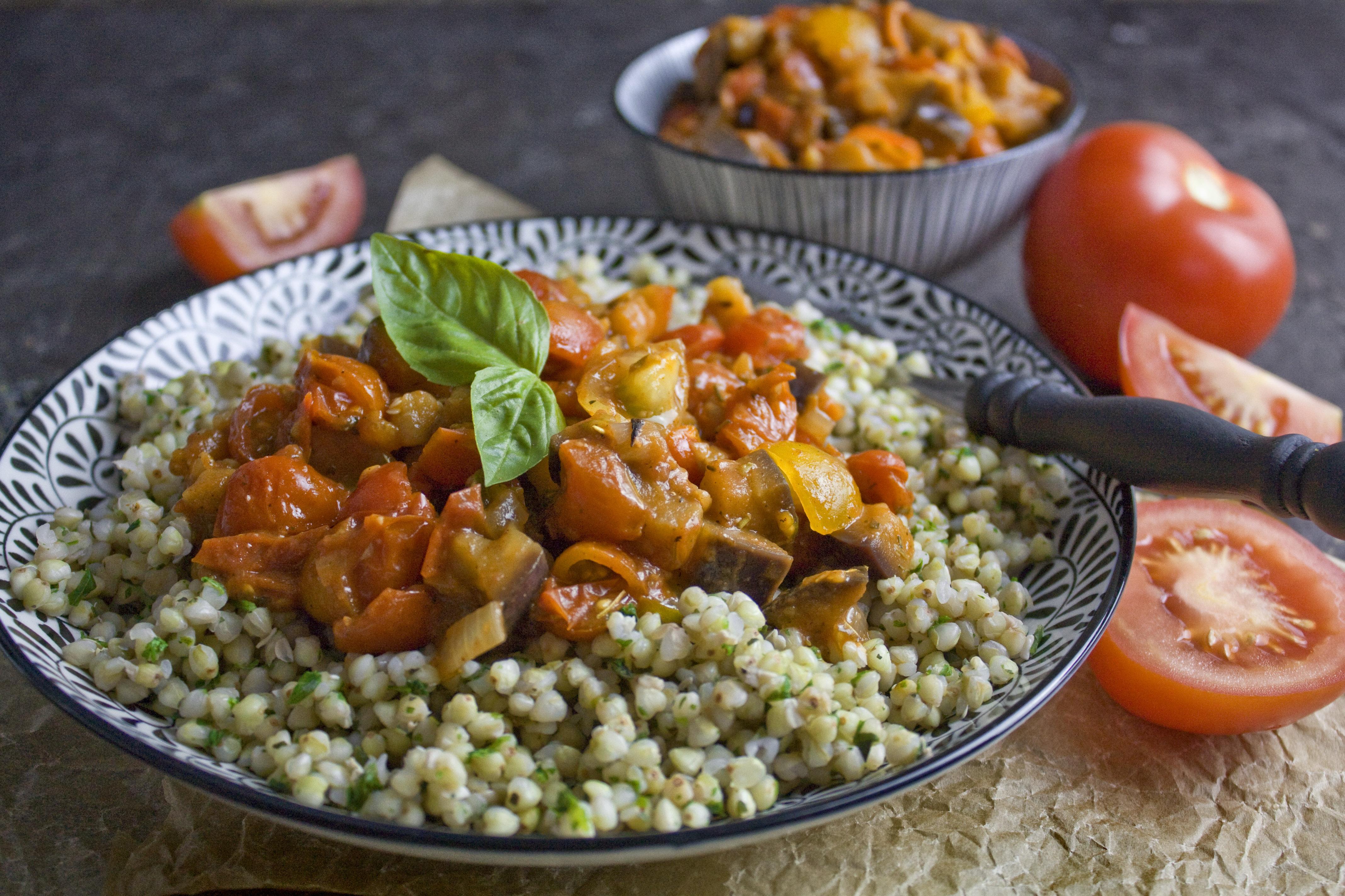 Kräuter-Buchweizen mit Tomaten-Auberginen-Ragout