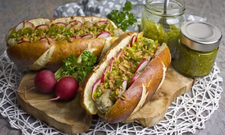 Oktoberfest-Hotdogs mit Gurken-Relish