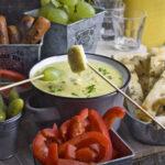 Veganes Käsefondue mit Bier und Bohnen