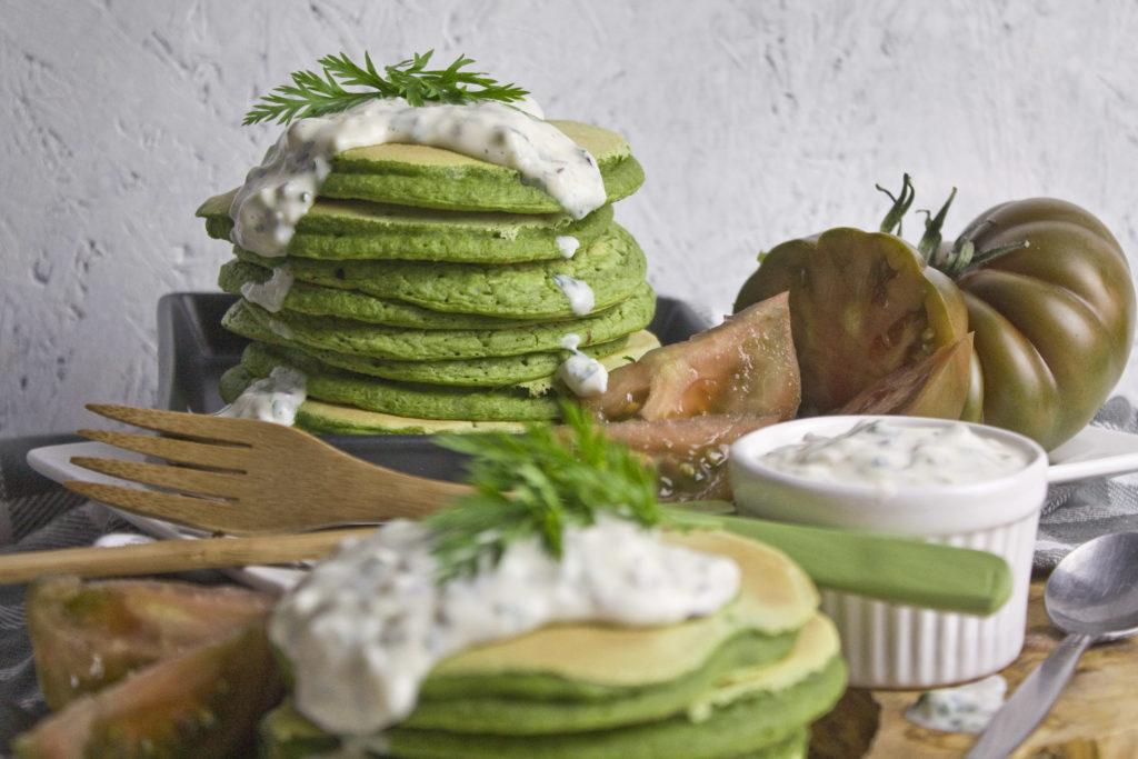Möhrengrün-Pancakes mit Joghurt-Kräuter-Sauce | Toastenstein