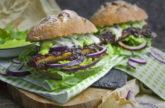 Portobello-Steak-Brötchen mit grüner Sauce