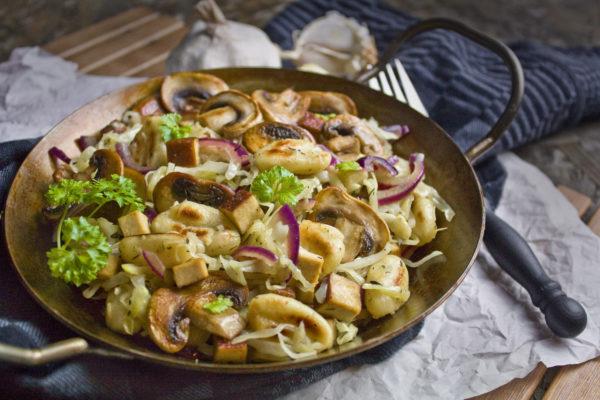 Spitzkohl-Gnocchi-Pfanne mit Pilzen