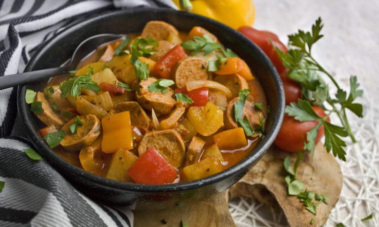 Veganes Würstchen-Gulasch mit Kartoffeln
