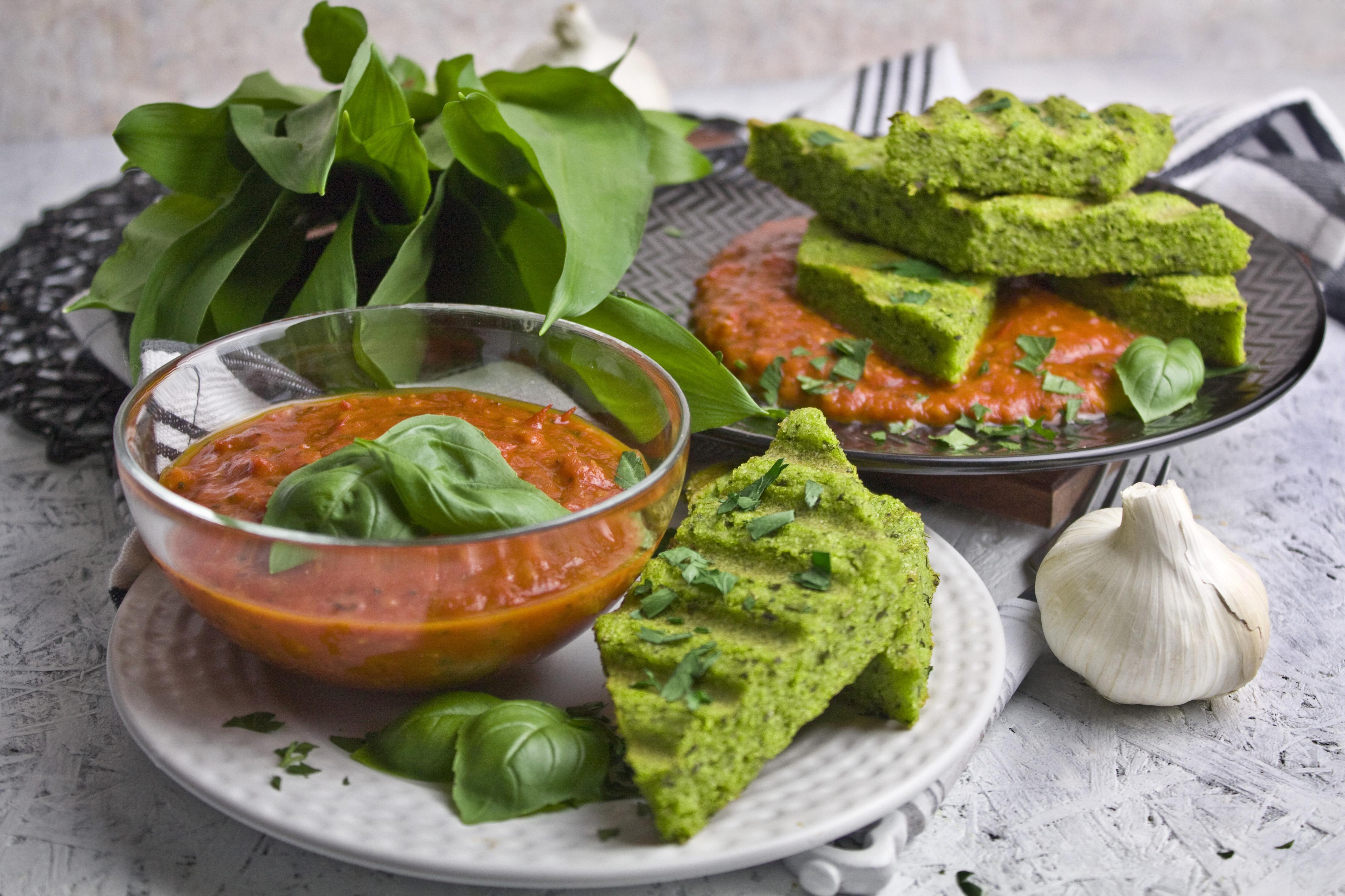 Bärlauch-Polenta-Schnitten mit Tomaten-Sauce