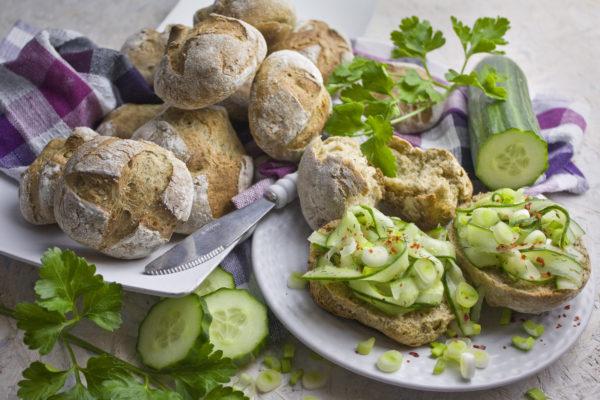 Frisch gebackene Kartoffel-Dill-Brötchen
