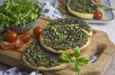 Grüne Linsen-Taler mit Rucola und Basilikum