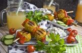 Gegrillte Curry-Knödel mit Gurken-Raita [Mangold & Muskat]