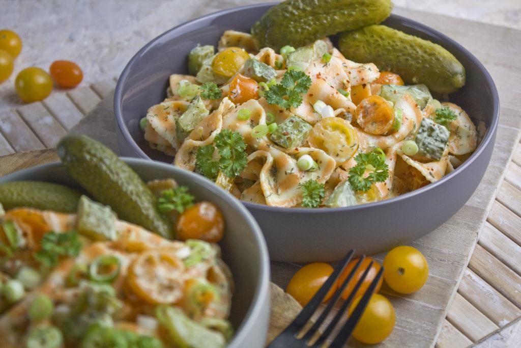 Dillgurken-Nudelsalat mit gelben Tomaten | Toastenstein