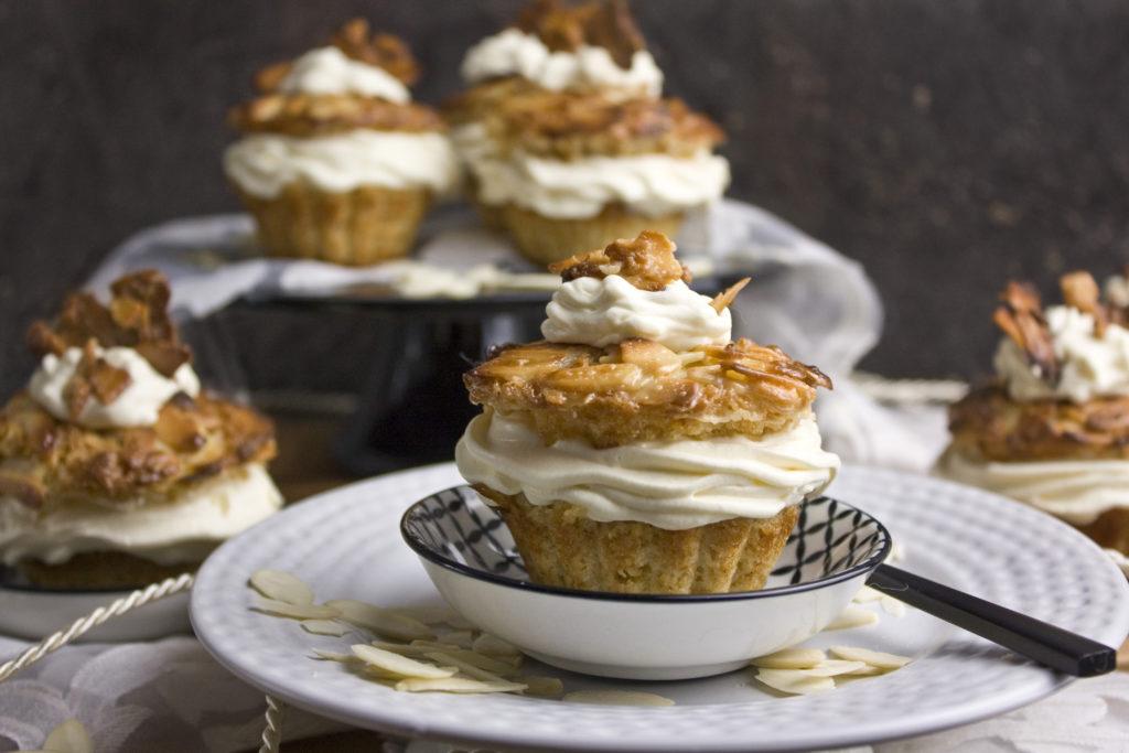 Vegane Bienenstich-Cupcakes - Happy Birthday! | Toastenstein