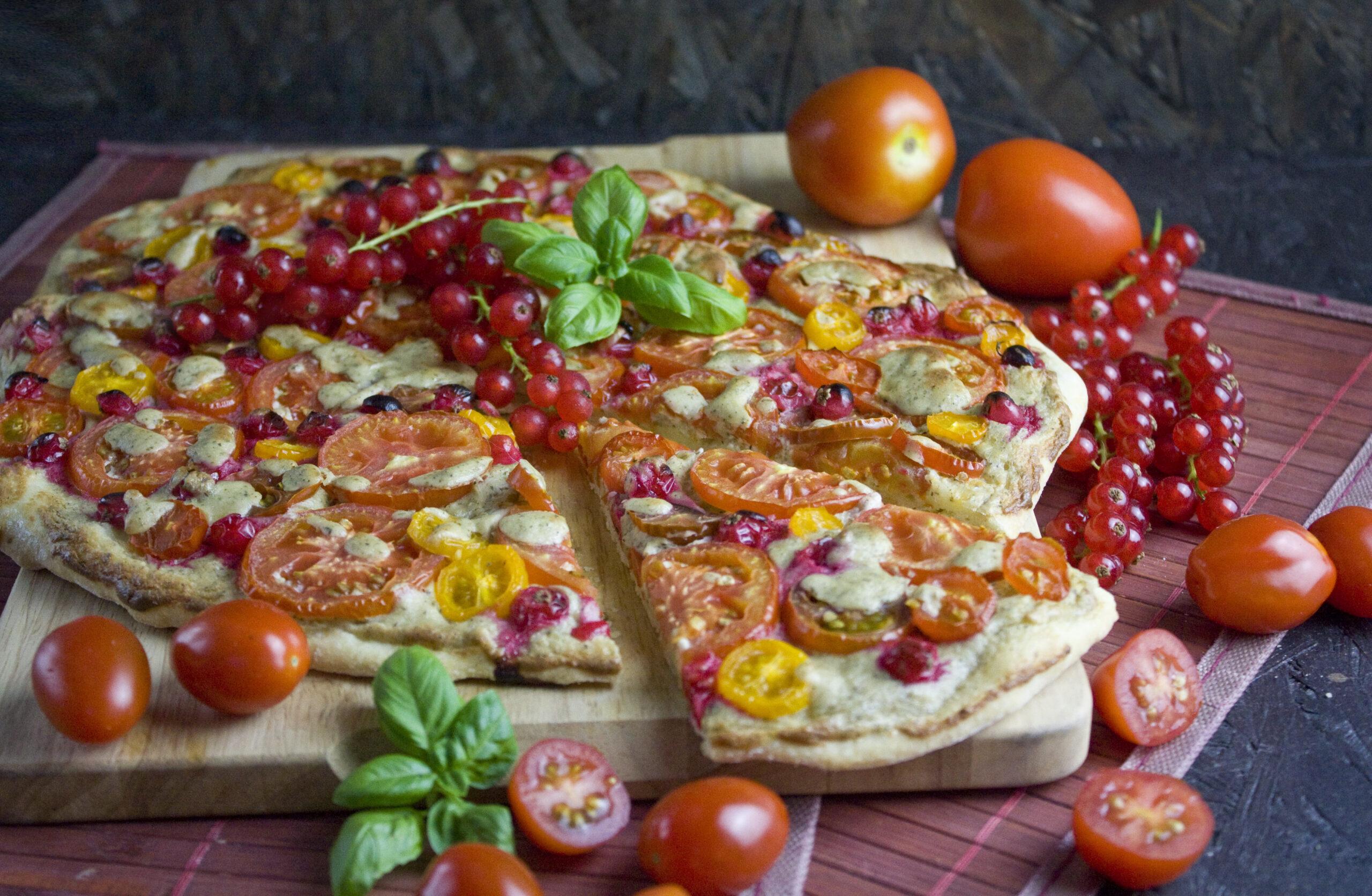 Tomaten-Johannisbeer-Pizza mit Cashew-Creme | Toastenstein