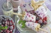 Frühstücks-Eis mit Beeren und Müsli
