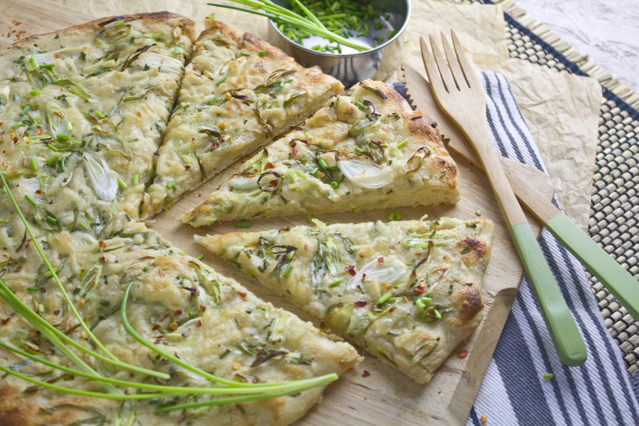 Frühlingszwiebel-Pizza mit Schnittlauch | Toastenstein